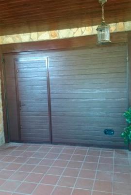 Puerta de garaje seccional con paso peatonal