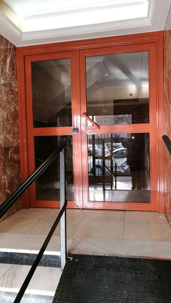 Puerta portal acabado marrón