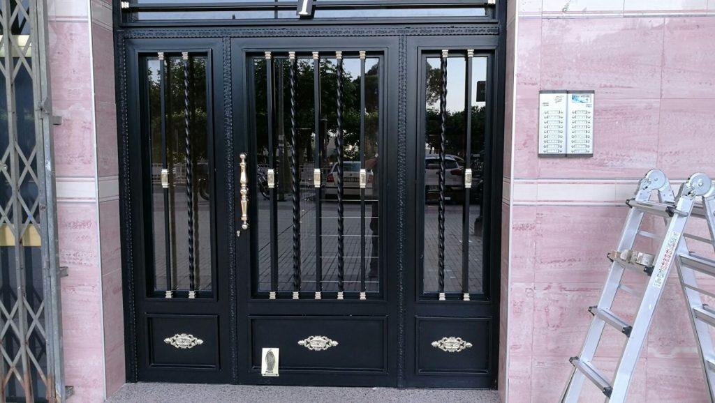 Puerta de portal acabado en negro